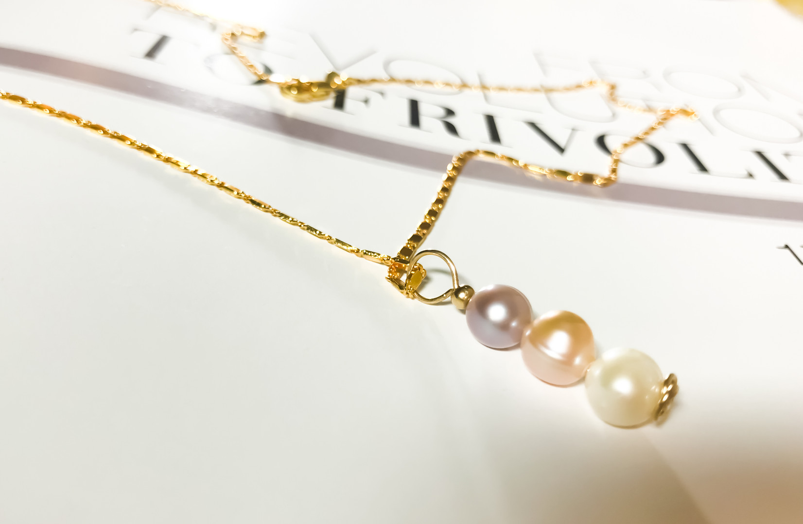 VOGUE- juneTriple Pearls necklace -close
