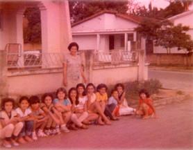 Lorena, 1977 com as crianças da Igreja Local.