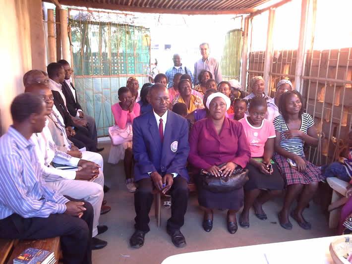 Equipe de pastores assiste a culto na congregação, em Chimoio (Moçambique)