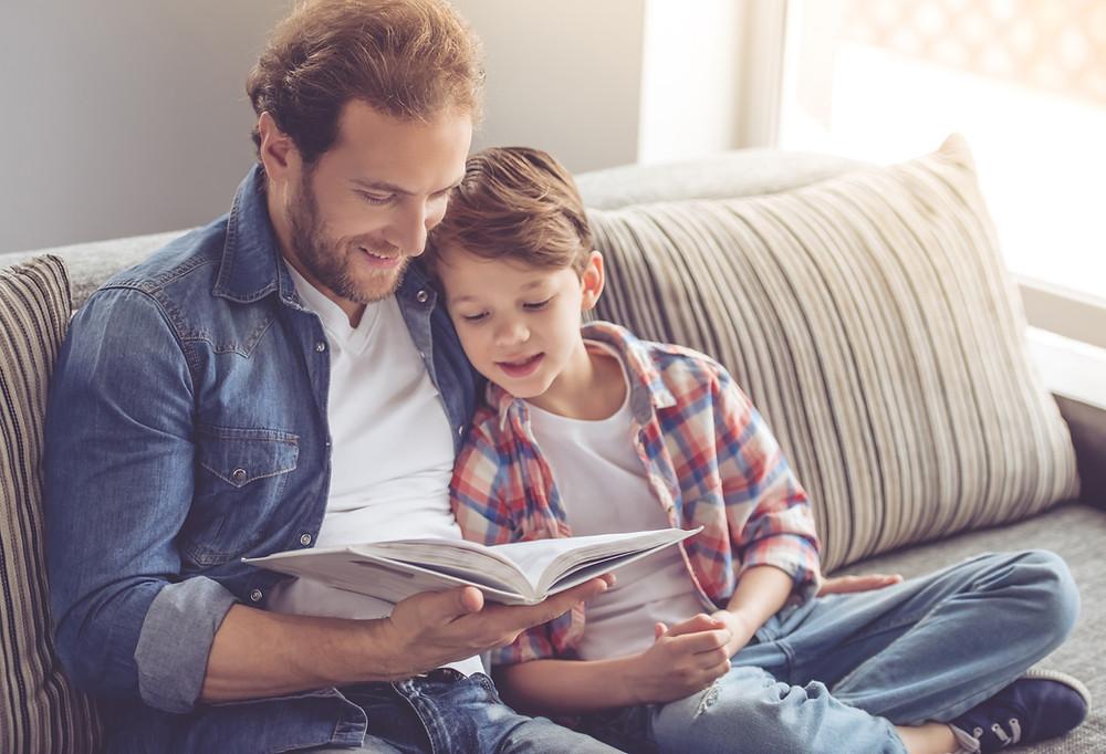 Pai e filho lendo a Bíblia