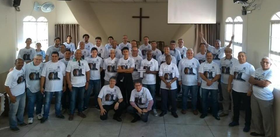 Grupo de Homens reunidos
