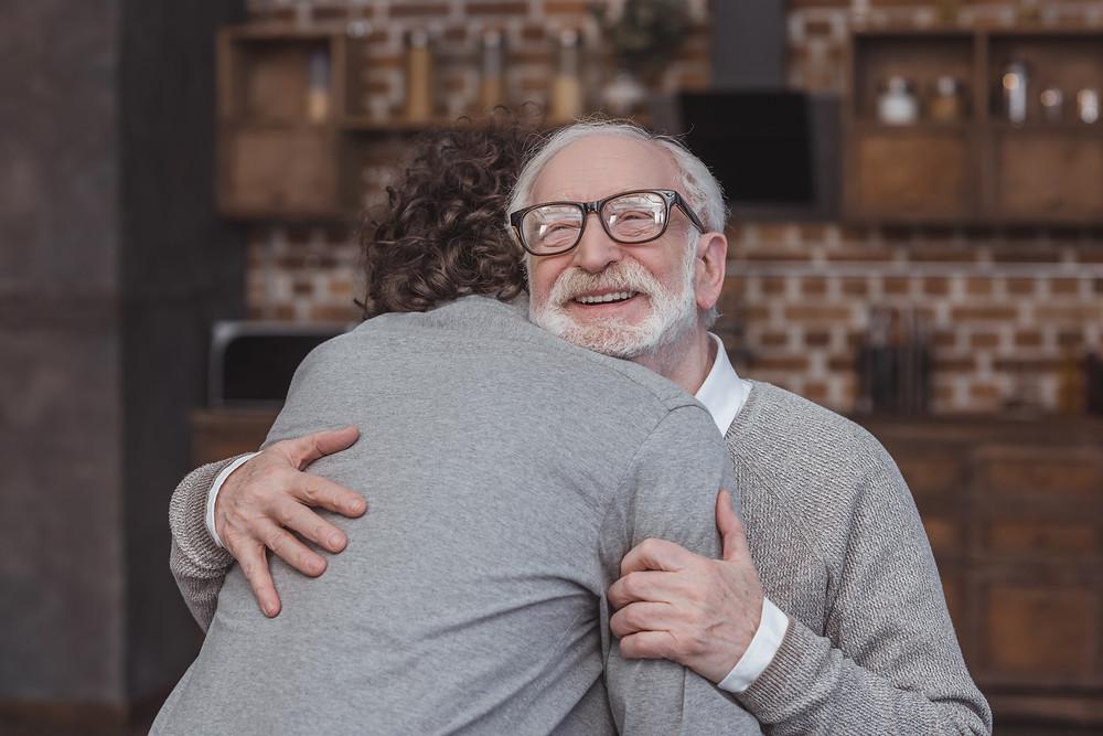 Filho e Pai se abraçando