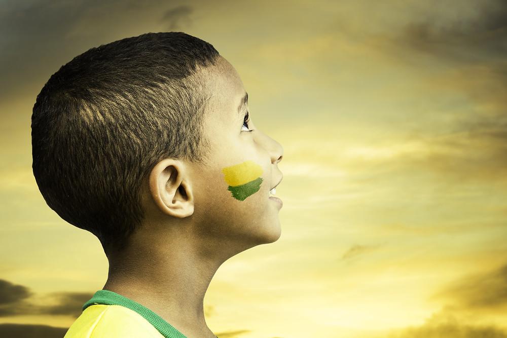 Menino brasileiro olhando para o céu
