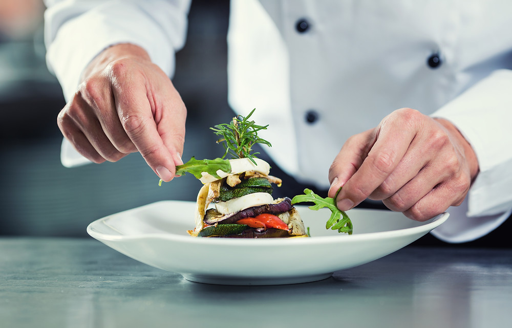 Chef preparando um prato