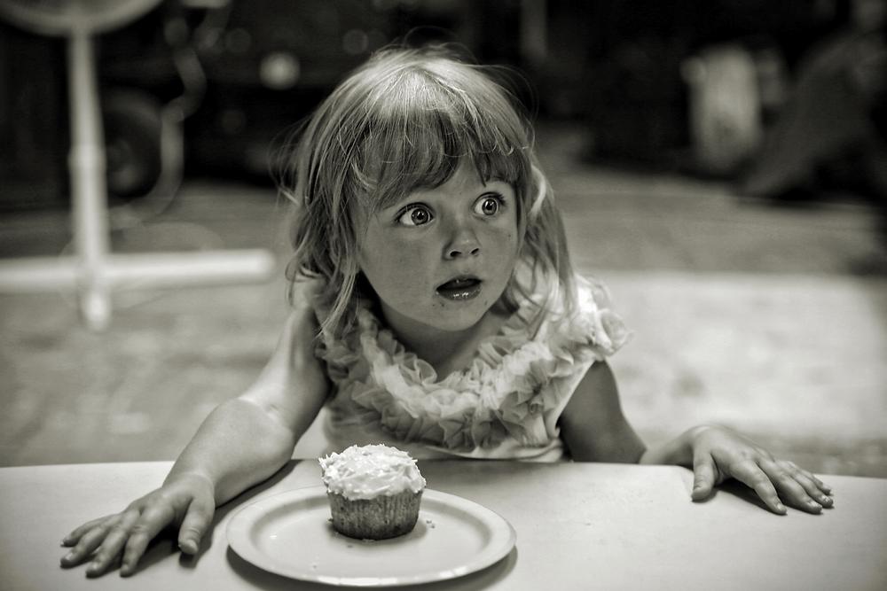 Mädchen isst einen Kuchen.