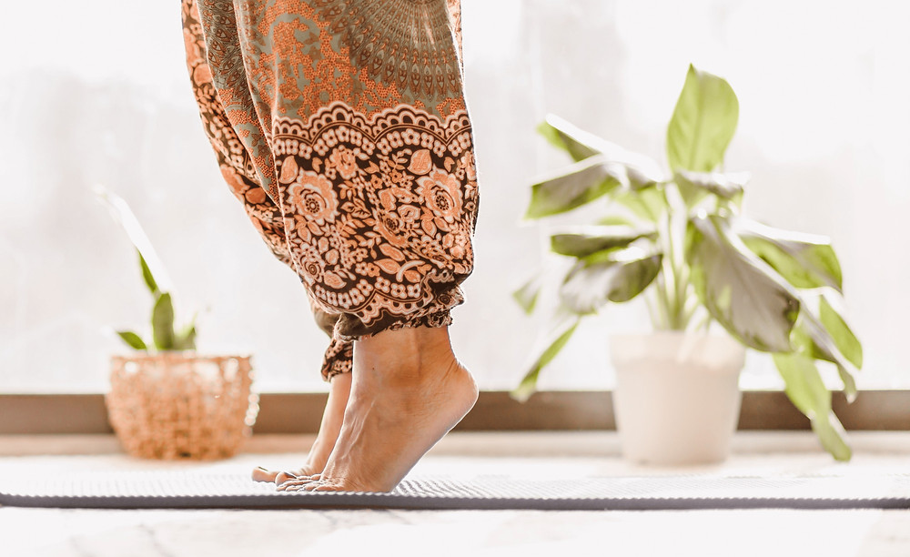 Frau macht Yoga auf einer Yoga-Matte.