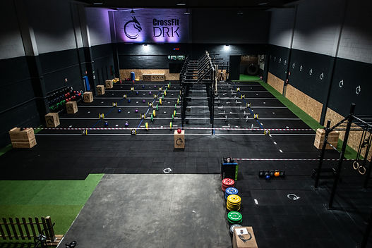 Box de CrossFit en Bergondo , A Coruña. Rack Xenios para toes to bar, pull ups (dominadas), muscle up, barras olímpicas, DRK Barbell Club