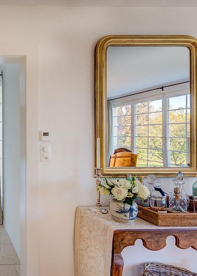 Jennie Schmid Design, Interior Design, Designer, Switzerland, Lausanne, Villa, Portfolio, dining room, bar, hallway, Gilded mirror, selection of antique, Crystal decanters