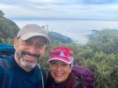 casal no pico dos marins