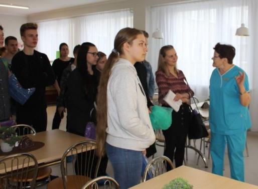 """Ēnu dienā """"Cēsu klīnikā"""" viesojas piecpadsmit jaunieši no dažādām pilsētām"""
