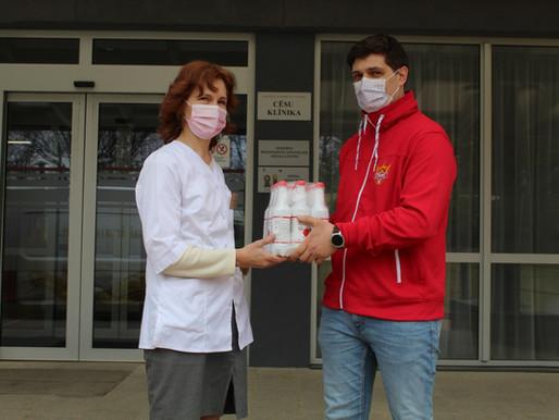 Cēsu klīnika saņem roku dezinfekcijas līdzekļu dāvinājumu