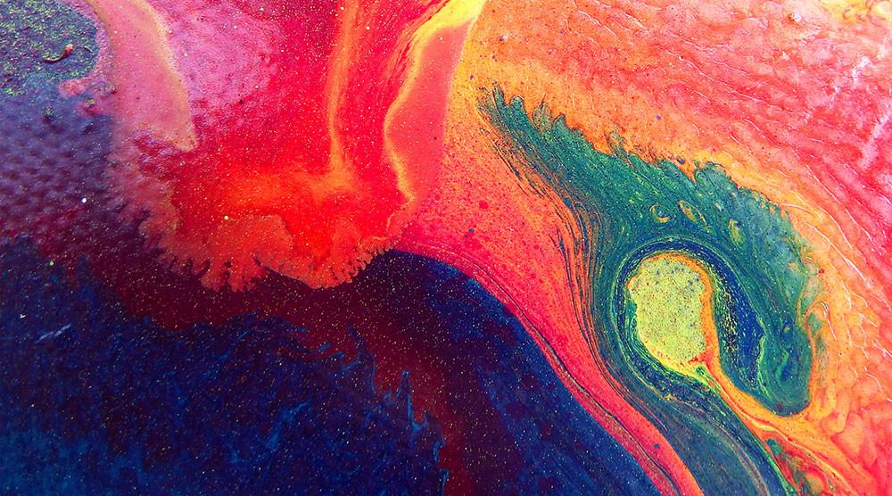 Châssis entoilé peint en violet, rose, orange et bleu. Effet de peinture en mouvement.