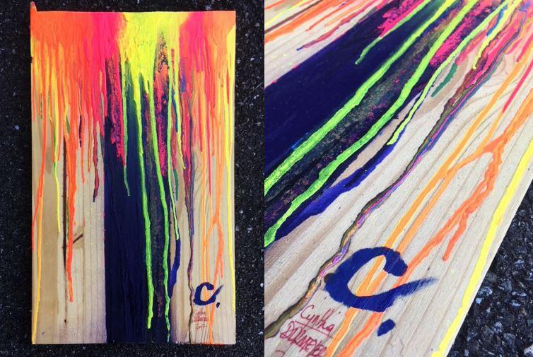 Deux photos d'une peinture sur bois, représente des coulures jaune, orange, jaune avec une bande violette.