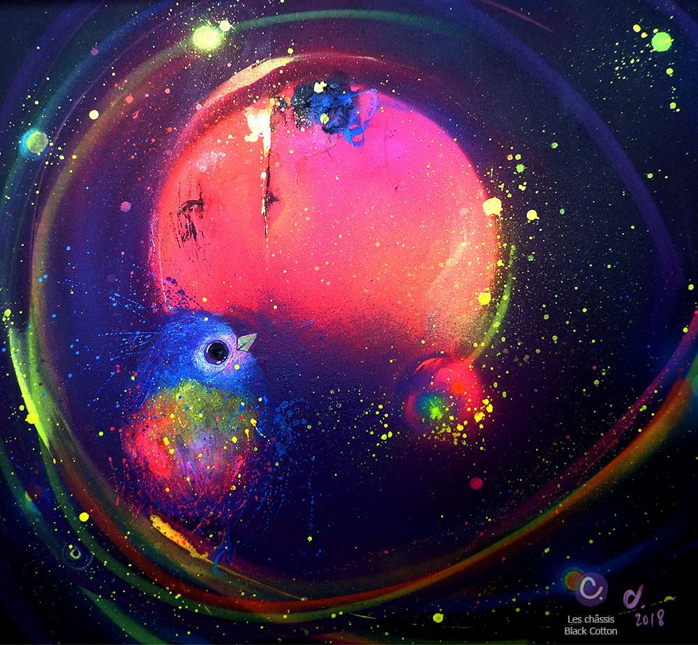 Peinture colorée sur fond noir, châssis Black Cotton Honsell. Représente un oiseau et une planète. Lumière naturelle.