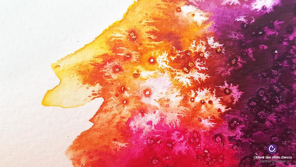 Tâche d'encre aquarelle violette, rose et jaune, avec du sel