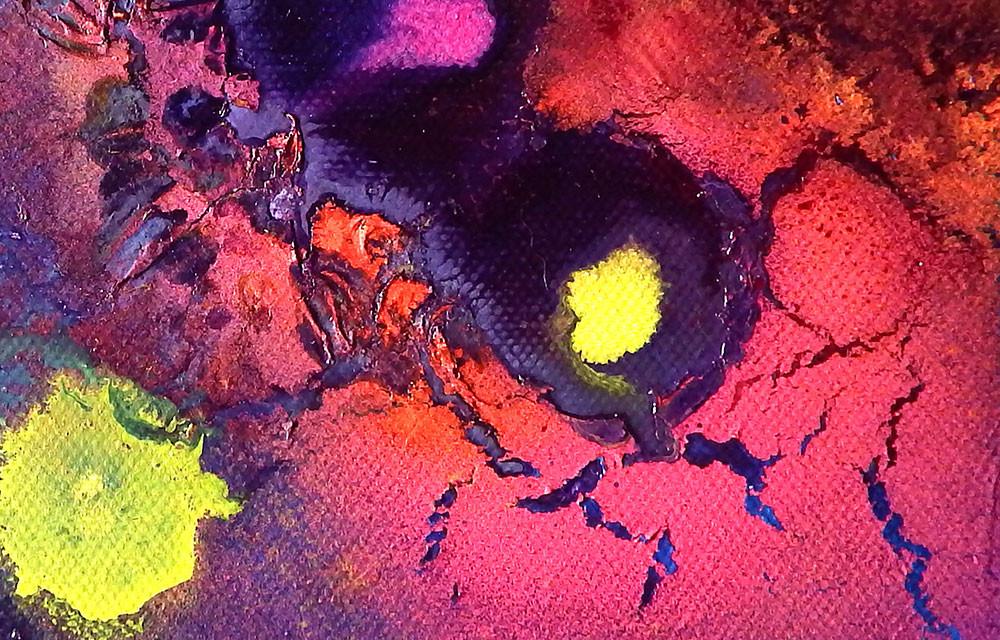 Zoom. Châssis entoilé peint en violet, rose, jaune. Effet de craquelures.