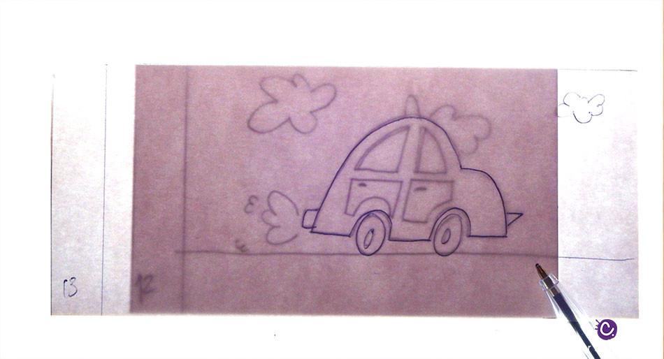 Décalquer le dessin d'une voiture à la table lumineuse pour la création d'un flip book