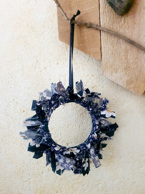 """Couronne décorative upcycling """"Fleurs blanches in Blue"""""""