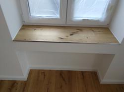 Holzbank und Fenstermontage