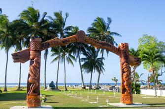 南の島の戦争記念碑 空港前木製アーチが祈る世界平和