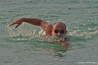ラロトンガ島1周 マラソンスイミングで挑戦