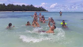 島の小学校 水泳のクラスはラグーンで