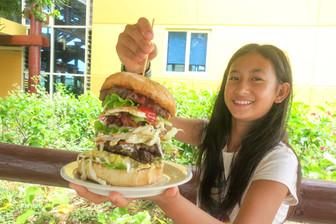 ラロトンガ島名物パレスバーガー 超ビッグです