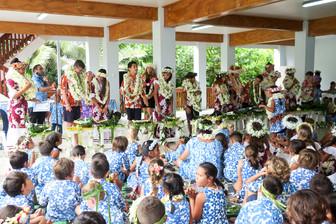 花香るクック諸島の卒業式 のびのびと学ぶ個性豊かな子どもたち