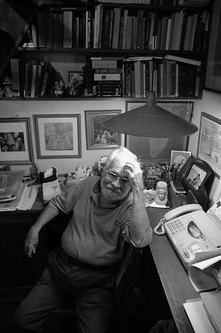 Prof. Benedito Nunes em sua biblioteca-2