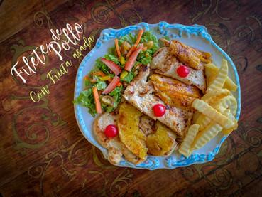 Filete de pollo con fruta asada