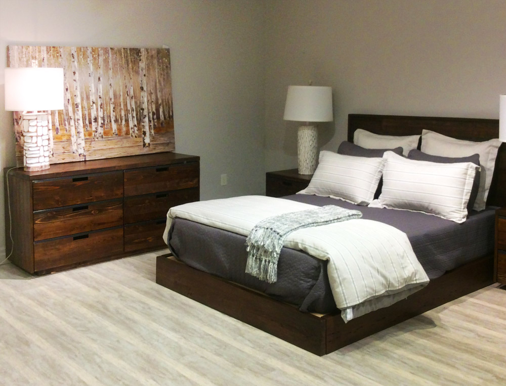 QUEEN SIZE BED AND COMMODE