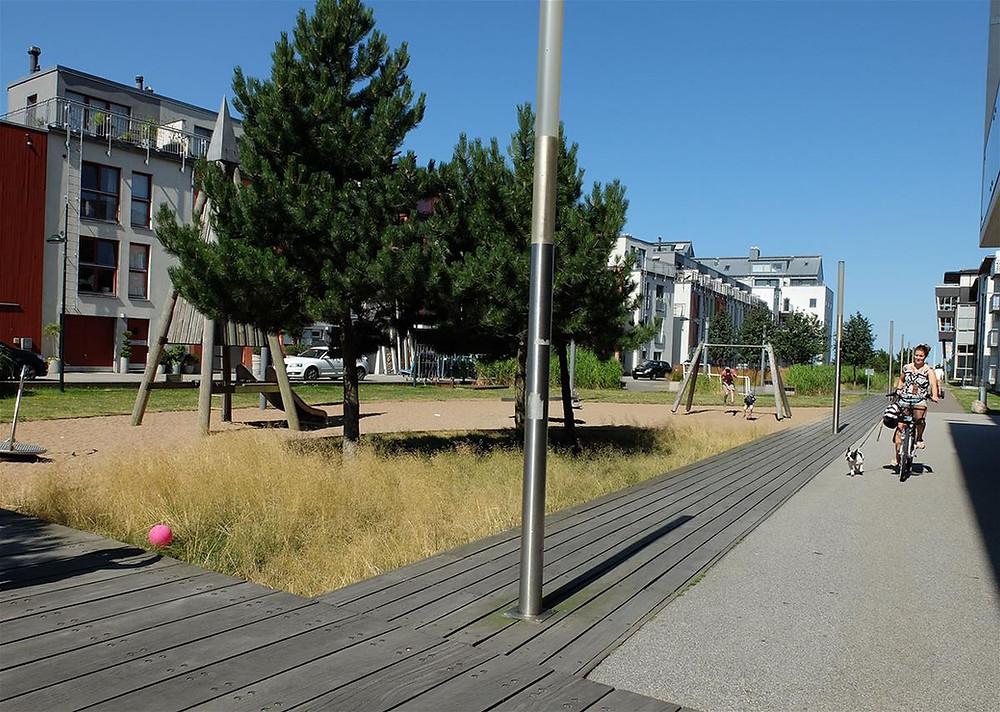 Malmössä pieni leikkipaikka sulautuu hyvin ympäristöönsä ja korostaa alueen merellisyyttä.