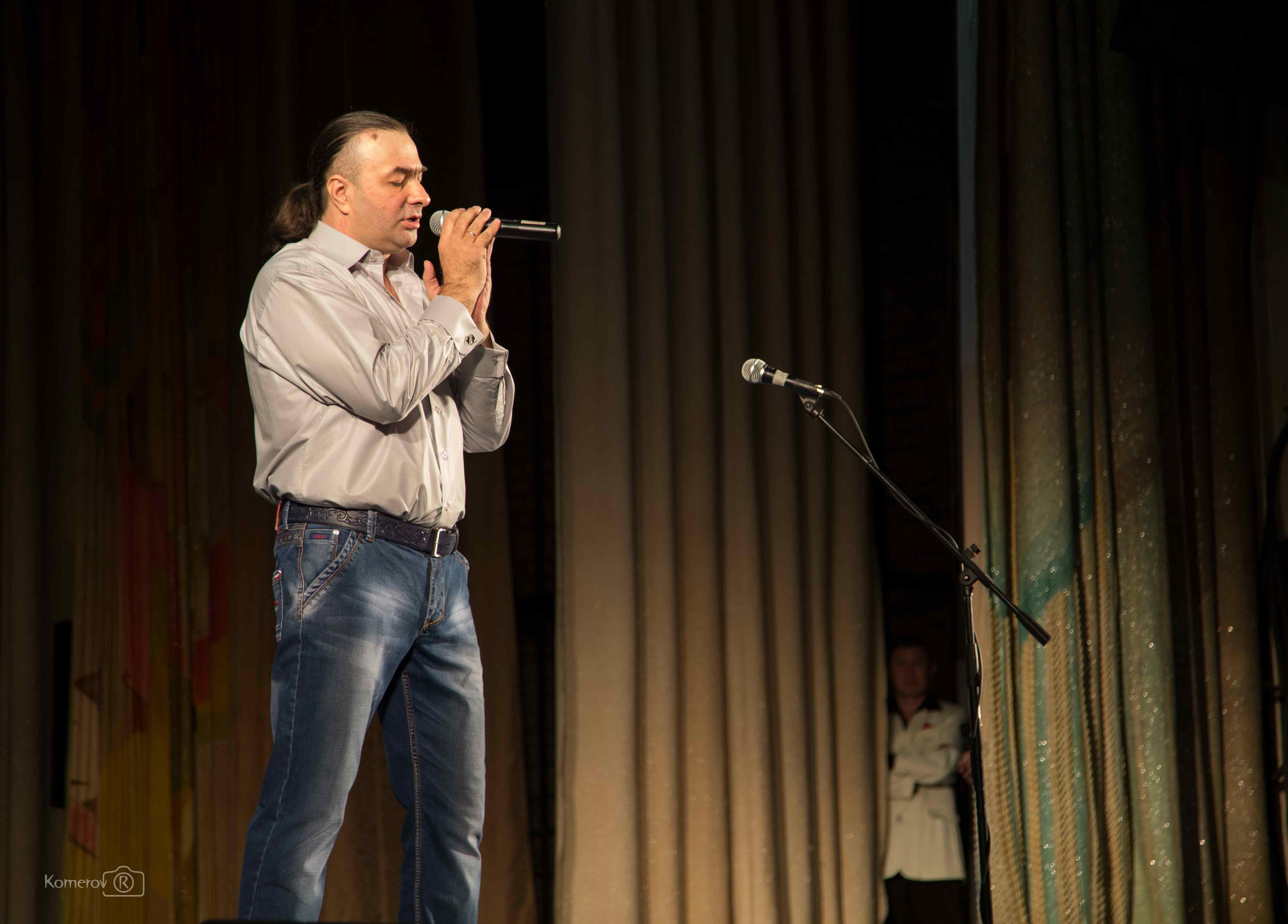 Александр Басанов исполняет песню.