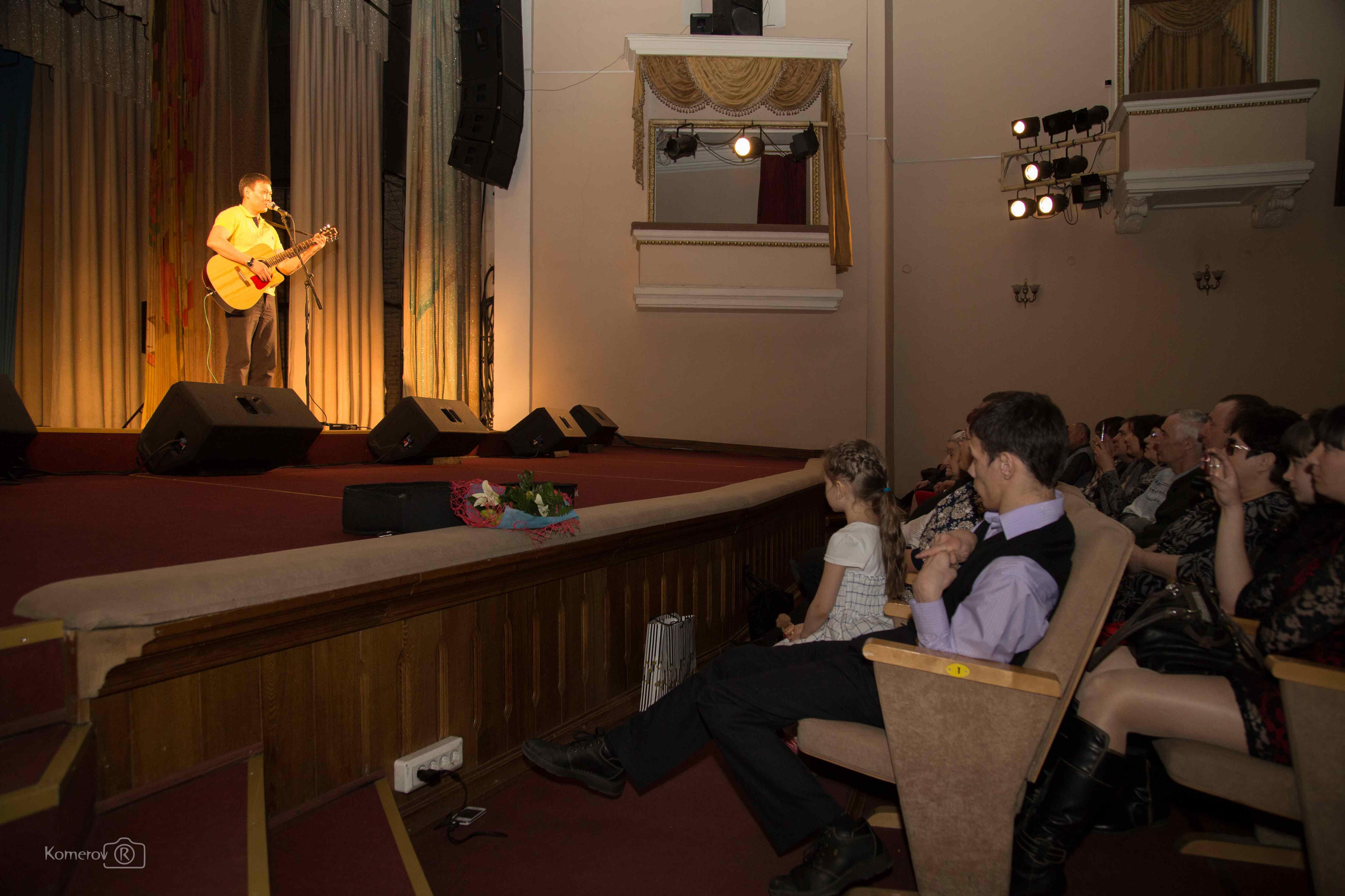 На сцене – Евгений Нимаев.