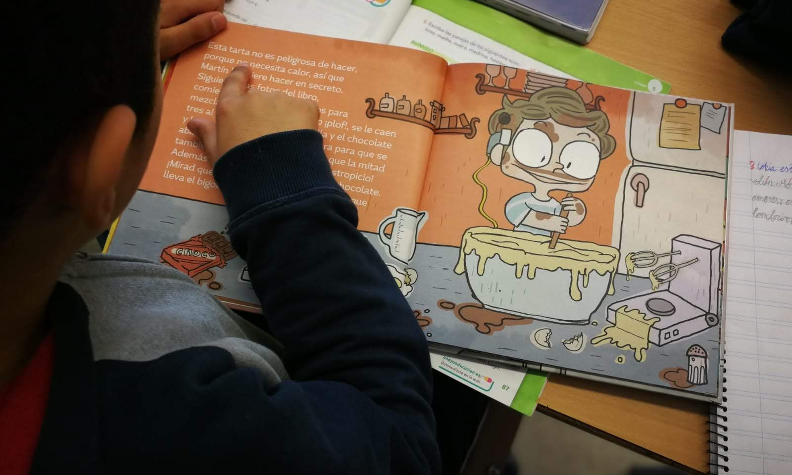 Alumnado leyendo Martín y la tarta de chocolate