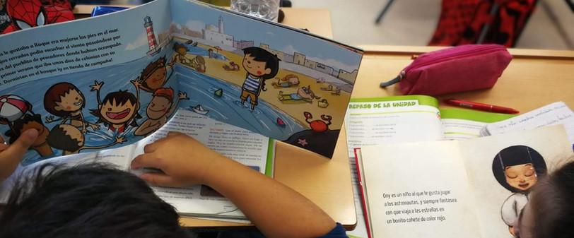 Alumnado lectura en clase sobre diversidad