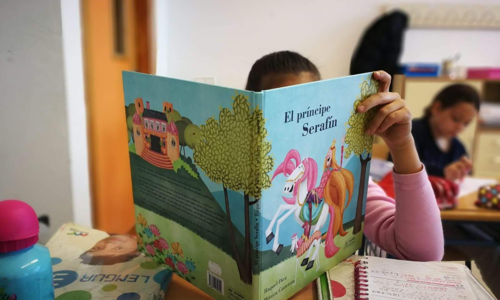 Alumnado leyendo el Príncipe Serafín