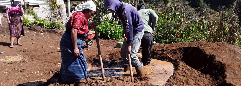 d) La producción y aprovechamiento de la tierra como material local para la fabricación de adobes adecuados.