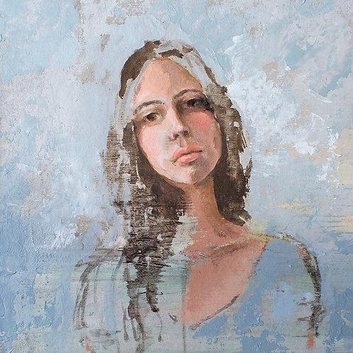 Retrato de mujer con fondo azul