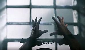 vězeňské okno a ruce