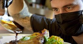 muž s talířem jídla