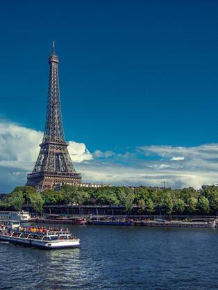 Der Pariser Eifelturm und die Seine