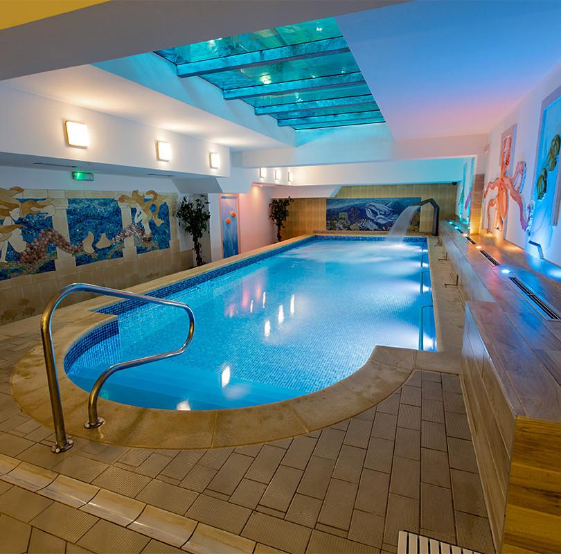 Schwimmbad im römischen Stil
