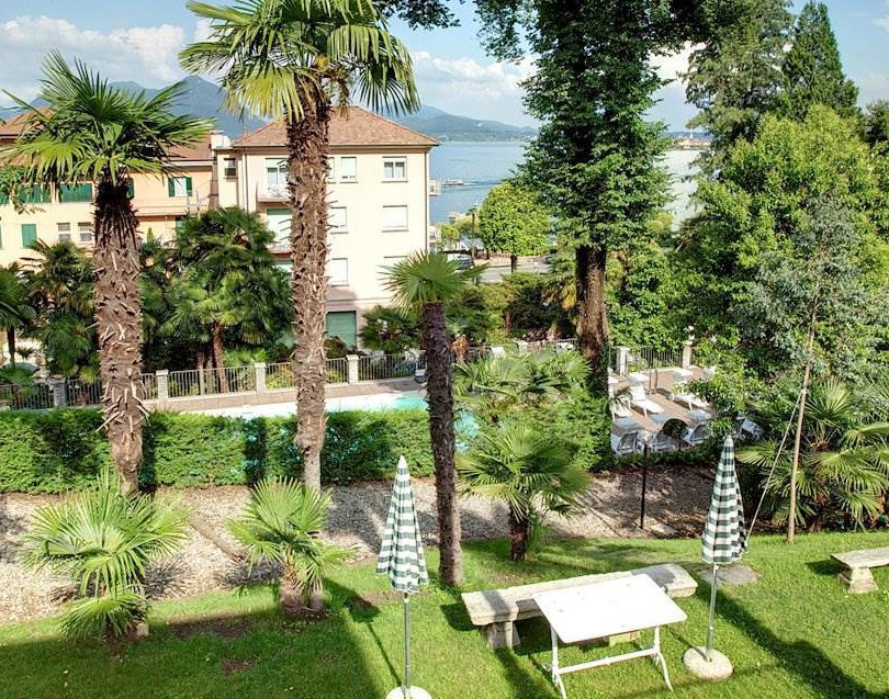 Hotel-Garten mit Blick auf den Alpensee.
