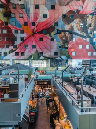grellbunte Markthalle in Rotterdam