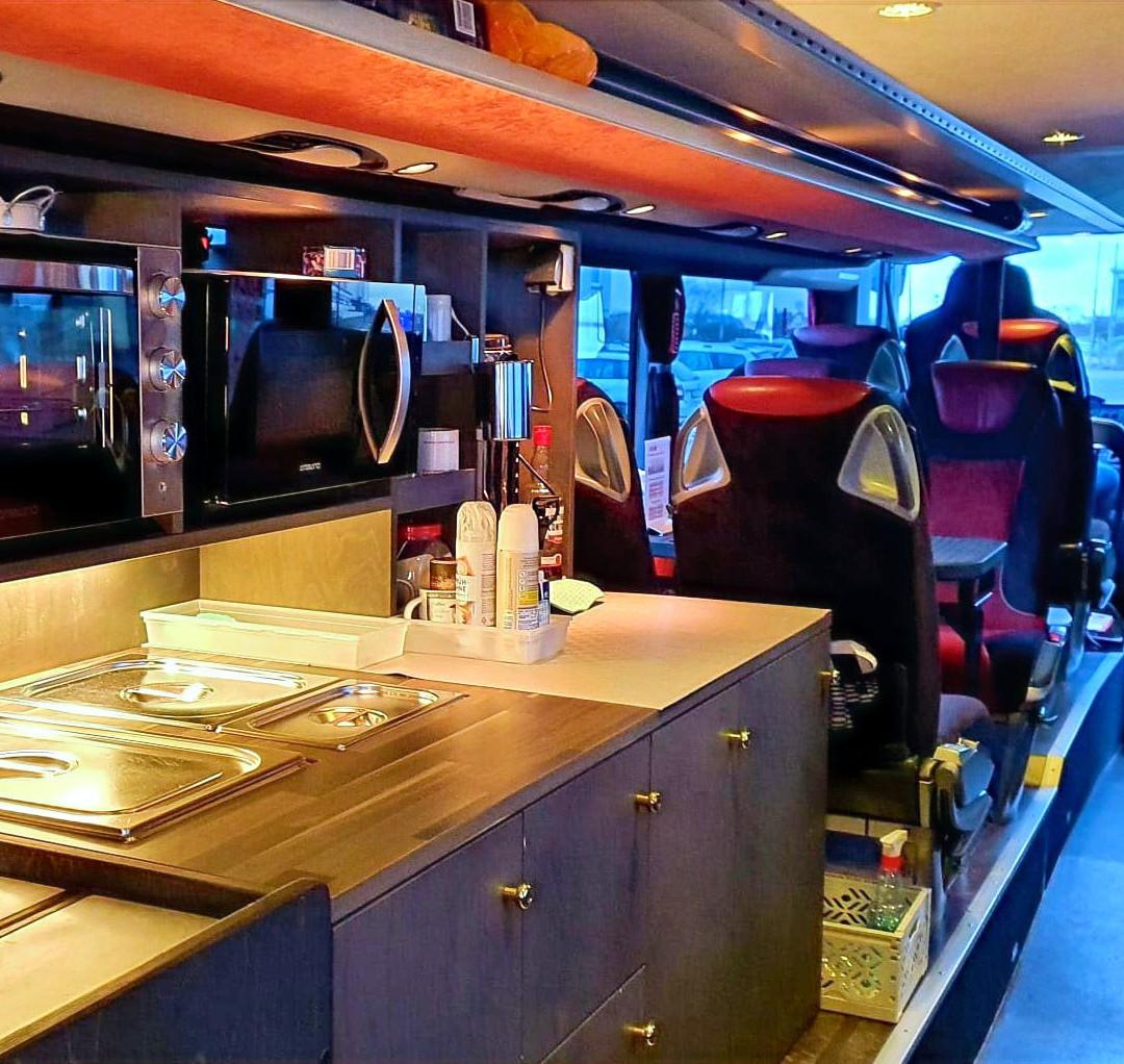 .Bistro & Bordküche im VIP-Liner Bistrobus