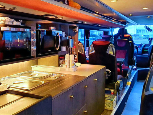 Große Bordküche im Setra Premium-Class Bistrobus