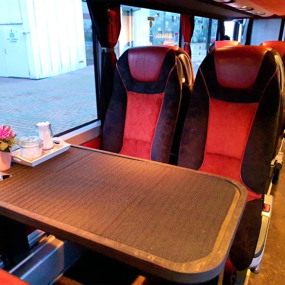 Der Bistro-Bereich im VIP-Liner Bistrobus