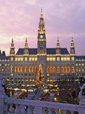 Blick aufs weihnachtlich glänzende Wiene