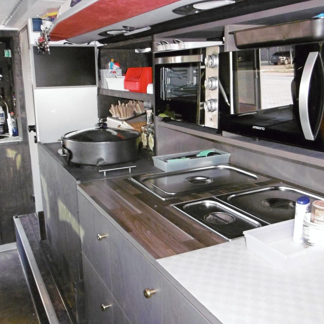 Große Bordküche im VIP-Liner Bistrobus